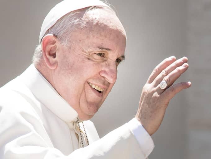 Påve Fransciskus antyder att katolska kyrkan undantagsvis kan komma att lätta på sitt fördömande av preventivmedel för kvinnor som riskerar att drabbas av zikavirus. Foto: Nurphoto/Rex Shutterstock