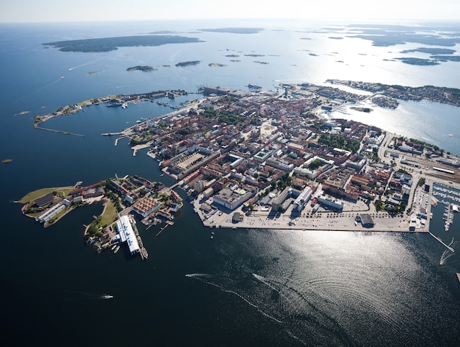 Örlogsstaden Karlskrona och huvudön Trossö sedd från ovan med Stumholmen i nedre vänstra hörnet.