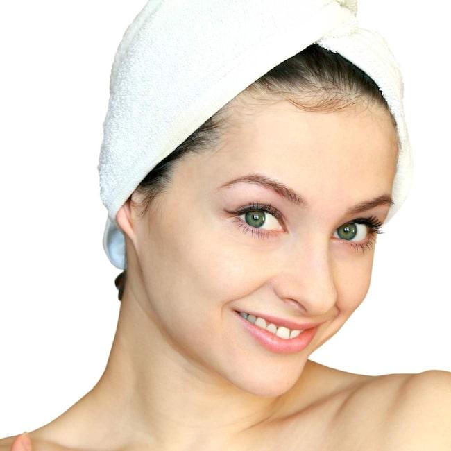 Gör en hårinpackning regelbundet. En gång i veckan är ett bra riktmärke. På så sätt förebygger du torrt hår.