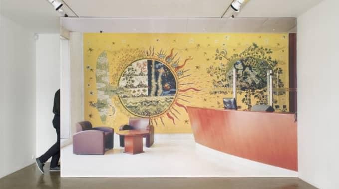"Goldin+Senneby, ""The Decapitation of Money"" med Angus Cameron (ekonomisk geograf), K.D. (spökskrivare), Anna Heymowska (scenograf), Johan Hjerpe (grafisk formgivare), Kerwin Rolland (ljuddesigner), Alexandre Guirkinger (fotograf)."