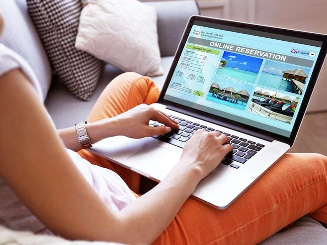 Majoriteten av svenskarna bokar sin semester online, men väldigt få tar del av tidigare kunders omdömen.