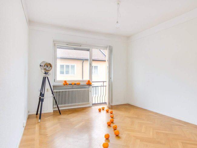 Att dekorera bostaden med frukt kan vara en bra idé om det inte finns några möbler.