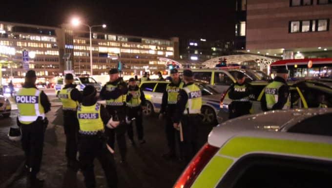 Det var på fredagskvällen som mellan 70 och 100 maskerade personer deltog i våldsamheter i centrala Stockholm. Foto: Rosahelikopter.se