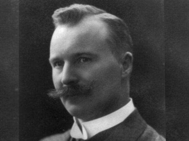 <span><strong>Gustav Dalén</strong></span><br>Gustaf Dalén (1869-1937) föddes i Stenstorp och visade redan i unga år prov på både uppfinnartalang och entreprenörsanda. Utbildade sig till civilingenjör på Chalmers och jobbade sig sedan upp till vd-posten på Aga som han tillträdde 1909. Gift med Elma 1901 och fick fyra barn med henne. Hans största uppfinning är den helautomatiska Aga-fyren som drevs med acetylengas. Dalén förlorade synen på båda ögonen 1912 efter en olycka med gastuber, och en kort tid därefter tilldelades han Nobelpriset i fysik. Han fortsatte att leda Aga fram till 1937 då han avled i cancer.