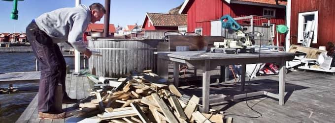 """ELDAR UPP INREDNINGEN. Här eldar besvikne John Bergfeldt upp innerpanelen i sin sjöbod. Efter många års strid med Tanums kommun har ha gett upp. """"Jag känner mig orättvist behandlad"""", säger han till GT. Han har redan lagt ut uppemot en halv miljon i processkostnader. Foto: Lennart Rehnman"""