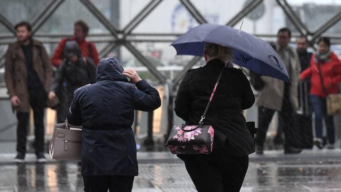 Blöta resenärer vid Station Triangeln när Malmö bjuder på hård vind och regn på tvären. Foto: JOHAN NILSSON/TT / TT NYHETSBYRÅN