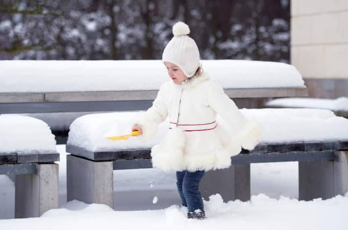 Prinsessan Estelle i pälsjacka signerad Täpp Lars Arnesson från Malung, vit stickad mössa och jeans. Foto: Kate Gabor/Kungahuset.se