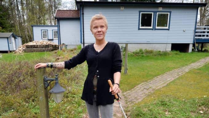 HÅLLPUNKTER. Tomten är ojämn och backig och ännu känner sig Pernilla lite osäker när hon är ute, då gäller det att ha hållpunkter när hon ska till grinden. Foto: Christer Wahlgren