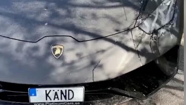 Här visar Joakim Lundell upp äggade lyxbilen