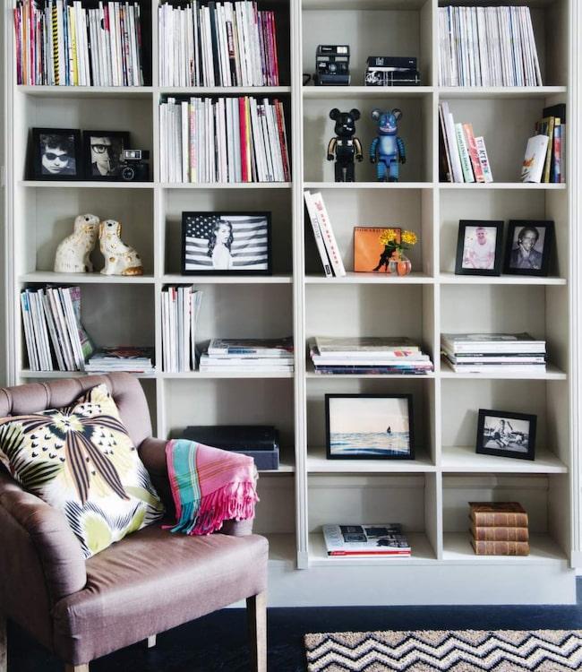 SKAPA DIN EGEN BOKHYLLA. Den här bokhyllan ser mycket snygg och exklusiv ut och är platsbyggd - men är jättelätt och prisvärd att göra. Det är mdf-skivor som satts ihop och fått snickerilister i framkant. En detalj som gör att den känns exklusiv är bakstycket, man ser inte väggen direkt bakom.