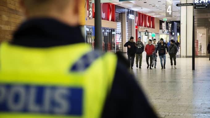 Vem är vem? Enligt Göteborgspolisen har ensamkommande och papperslösa som begår brott lärt sig säga att de är under 15 år. Bild från Nordstan, Göteborg. Foto: HENRIK JANSSON