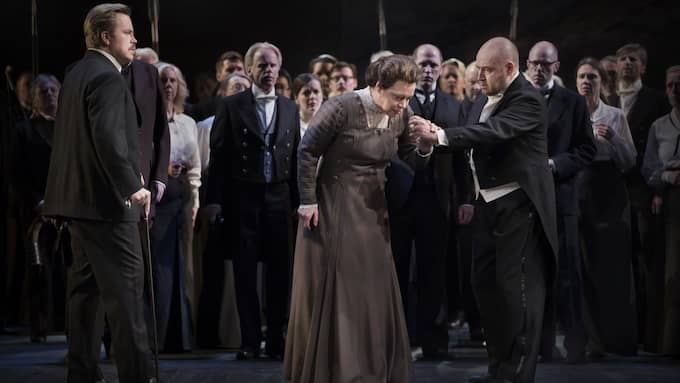 Ola Eliasson (Gunter), Nina Stemme (Brünnhilde), Lars Cleveman (Siegfried), Kungliga Operans kör. Foto: MARKUS GÅRDER
