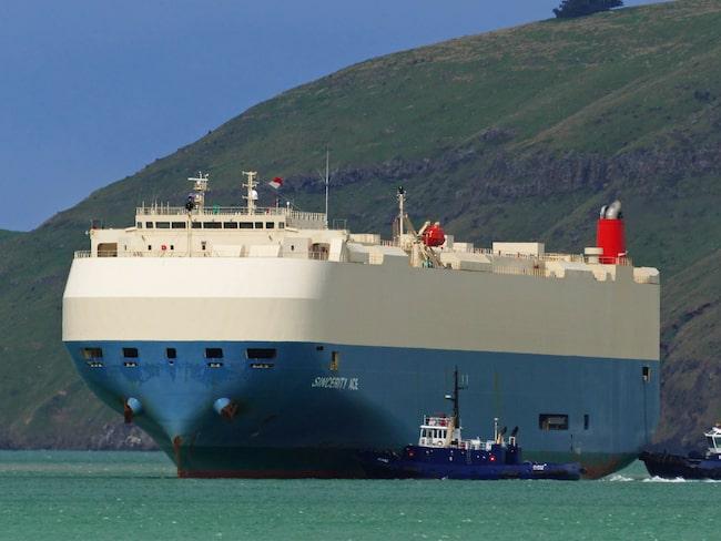 Besättningen fick lämna det 200 meter långa fraktfartyget Sincerity Ace efter en brand. Nu flyter det runt i Stilla havet med sin last.