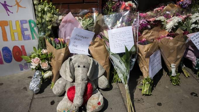 Många har valt att visa sitt stöd till offren i attacken genom att lämna blommor och gosedjur nära moskén. Foto: GOODMAN/LNP/REX/SHUTTERSTOCK / GOODMAN/LNP/REX/SHUTTERSTOCK REX FEATURES