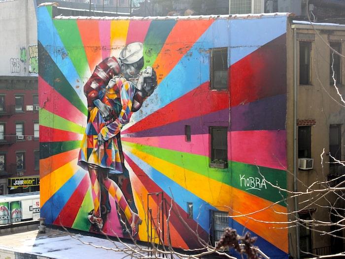 Från High Lane i New York ser du konstnären Kobras verk på husfasaden.