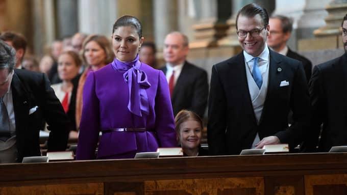 Prinsessan Estelle sitter mitt emellan Victoria och Daniel i kyrkan. Foto: TT