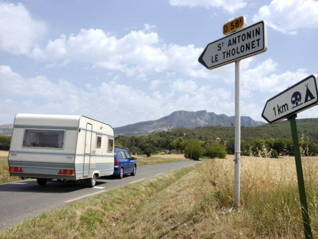 Du får inte köra fortare än 80 kilometer om du kör bil med husvagn.