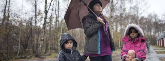 CAMPINGAR BLIR FLYKTINGBOENDEN. GT har tidigare rapporterat om flyktingfamiljer som bor på Varbergs camping. Här hämtar Sahar Aefzeli och döttrarna Maryam och Sadaf vatten i en dunk. Foto: Anders Ylander