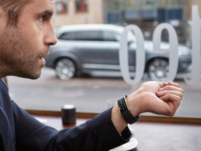 Redan i vår ska du kunna snacka med Volvon med Microsofts armband.