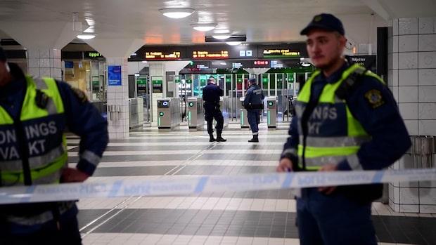 Ung man knivskuren till döds på perrong i Stockholm