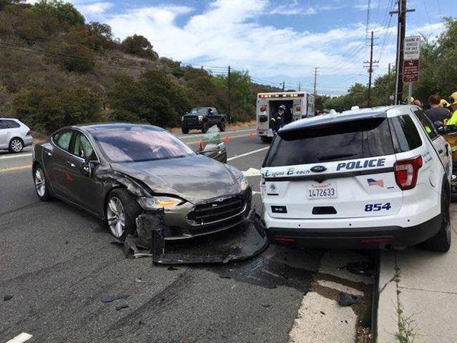 En självkörande Tesla körde på en polisbil i veckan.