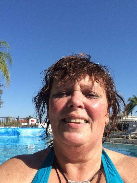 En selfie vid poolen. Här, i lägenheten i Florida, njuter Carina Ytterberg och hennes make Arne av tillvaron. Foto: Privat