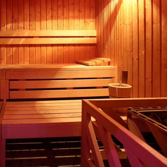 äldre kvinnor och yngre män stockholm sauna