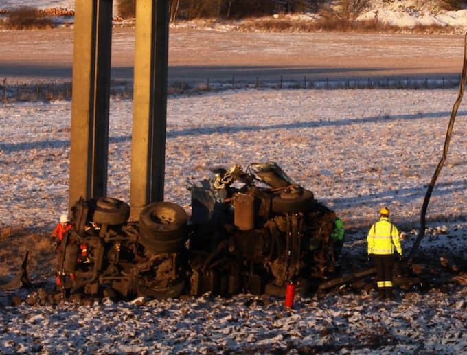 Lastbilshytten – med chauffören kvar i – föll nedför bron och landade intill järnvägen vid kraschen. Foto: Leif Pettersson