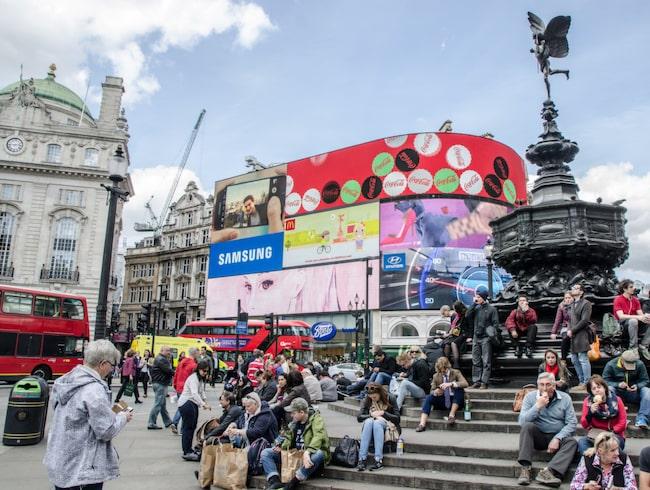 Såhär är vi vana att se Piccadilly Circus i London – upplyst av neonljus.