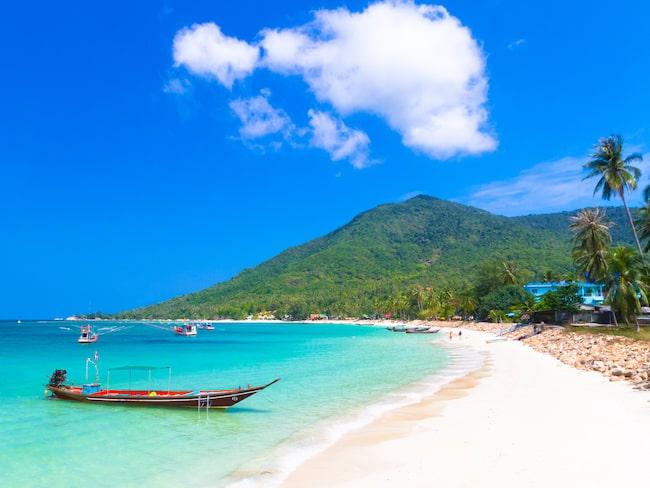 Vackra stranden Buritara Bay på Koh Phangan i Thailand. Ön är berömd för sina fullmånefester.