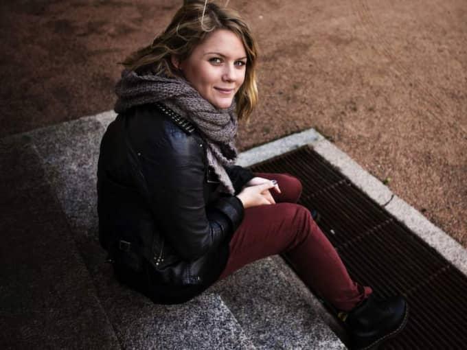 """Ung cancer-profilen Julia Mjörnstedt blev vittne till händelsen. Hon berättar att hon satt i sin bil och grät efteråt. """"Det var inte själva pengarna, utan att det var så naturligt för barnen att göra det som var så himla fint"""", säger hon till GT.se. Foto: Amelie Herbertsson"""
