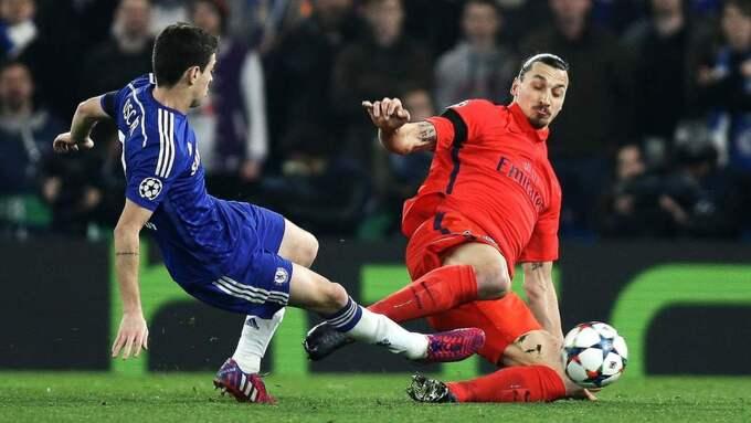 Zlatan Ibrahimovic går in i duellen med Chelsea:s mittfältare Oscar...