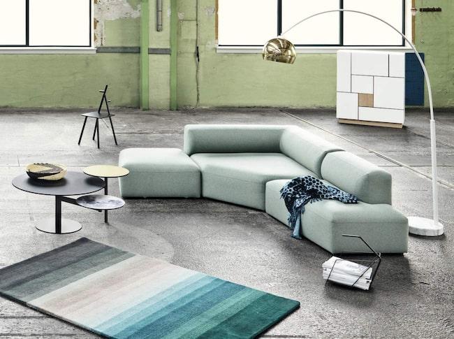 Ska du köpa möbler online är det viktigt att du läser informationen om möbeln nextra noggrannt, eftersom du inte kan klämma och känna på den. Den här soffan kallas Modulsoffa Angle och består av sex olika delar som du kombinerar som du vill. Pris från 4 899 kronor för en ryggdel, Bolia.com