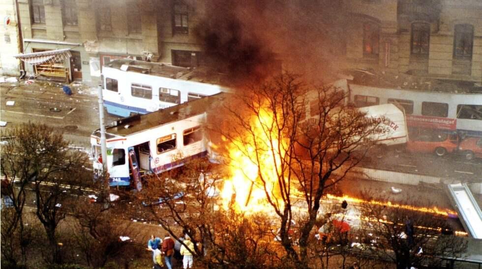 Den skenande spårvagnen krossade en bil på sin färd nerför Aschebergsgatan och bensin som läckte ut fattade eld. 13 personer dödades i olyckan och 23 skadades allvarligt. Foto: Gunnar Rosenqvist