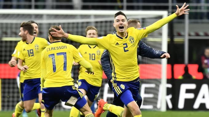 Kvällen slutade dock i dur för Lustig - som tillsammans med sina lagkamrater fick fira avancemanget till VM. Foto: JONAS EKSTRÖMER/TT / TT NYHETSBYRÅN