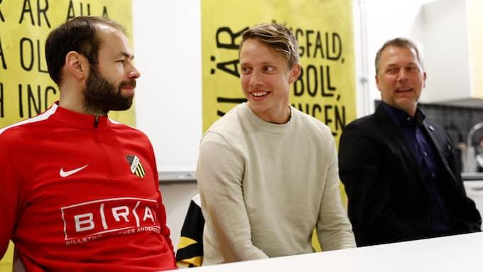 Häckens tränare Andreas Alm, nyförvärvet Viktor Lundberg och sportchefen Sonny Karlsson på fredagens pressträff. Foto: THOMAS JOHANSSON / TT