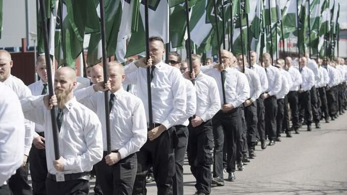 NAZISTMARSCH. Nordiska motståndsrörelsen på första maj i Falun. Foto: SVEN LINDWALL