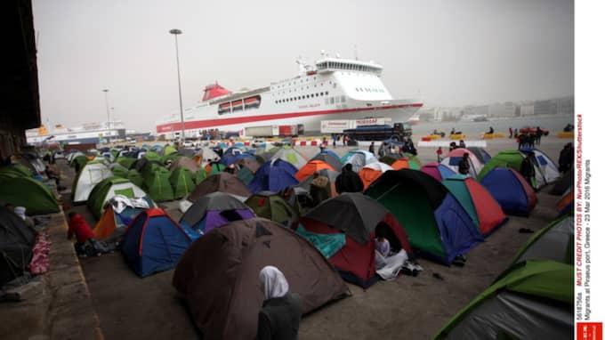 Närmare femtusen flyktingar trängs ihop på kajen i Pireus. Foto: SHUTTERSTOCK