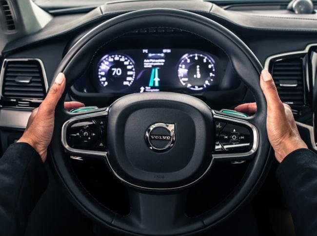 Volvo Cars har utformat IntelliSafe Autopilot så att det är enkelt och intuitivt. Autonomt läge aktiveras och inaktiveras med specialkonstruerade paddlar på ratten.