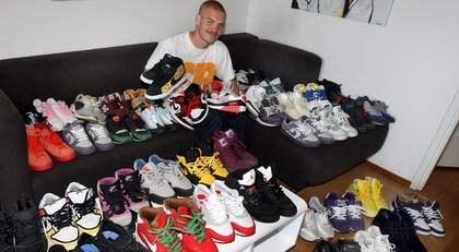 """Intresset för sneakers handlar inte bara om snygga skor, utan är till stor del en hobby för de insatta. """"Jag har väl runt 60-70 par just nu och blir det för många i garderoben så säljer jag av en del"""", säger Henrik Svan. Foto: Tommy Holl"""