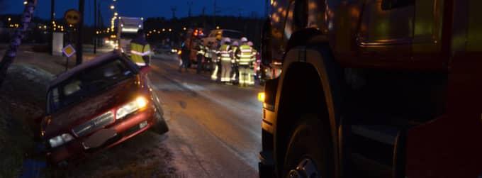En seriekrock i Stenungsund på måndagsmorgonen ledde till avstängda vägbanor. Foto: Mikael Berglund