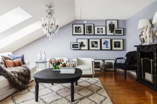 Personligt. En blandning av nytt och vintage ger ett personligt hem, tycker Elisabetth. Soffbordet har varit ett köksbord, men benen kapades och borde målades svart. Matta från Ellos.