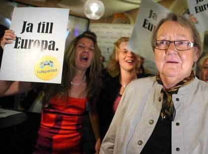 VINNARE IGEN. För andra gången lyckades Marit Paulsen lyfta sitt Folkparti i ett val till Europaparlamentet. Men segern blir dyrköpt. På onsdag ska hon gå till banken för att ta ett banklån för att ha råd att flytta till Bryssel. Foto: Scanpix