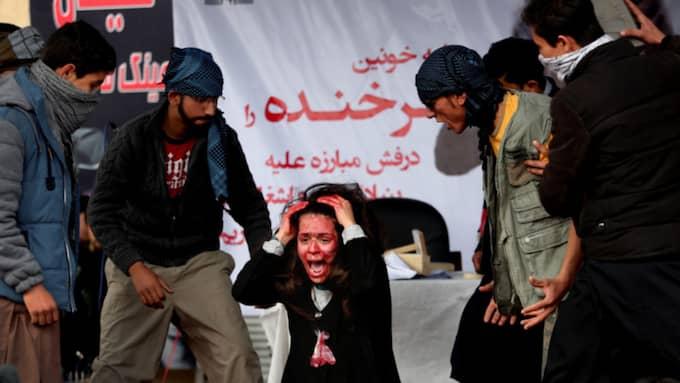 Skådespelare visar hur mordet på Farkhunda, 27, gick till. Foto: Rahmat Gul / AP