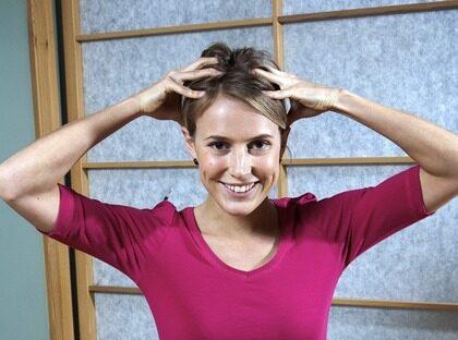 BÖRJA med att gnugga händerna mot varandra för att få upp värmen. Skaka dem sedan framför dig och låt dem landa på huvudet.
