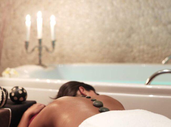 Relaxa med sköna behandlingar på Vildmarkshoteller på Kolmården.