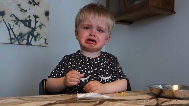 Eddie kan inte hålla tårarna tillbaka när han får höra opera