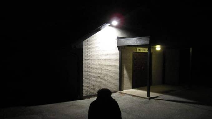 KÄNDE SIG HOTAD. Den 59-årige mannen vakade vid sin döde brors kista i kapellet vid den judiska begravningsplatsen i Malmö när det uppstod hotfull stämning utanför. Foto: Fredrik Samuelson