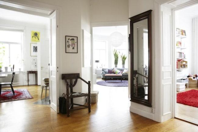 Den luftiga hallen gränsar till matsalen, vardagsrummet och barnkammaren.