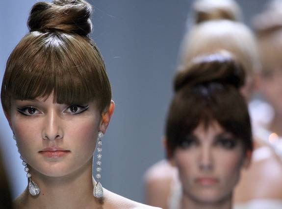 KNYT TILL. En knut är ett enkelt sätt att få kontroll på ett ostyrigt hår. Coolast är Valentino-knuten högst uppe på huvudet. Dra ihop håret med en snodd, tvinna håret runt snodden och fäst med hårnålar – voila!